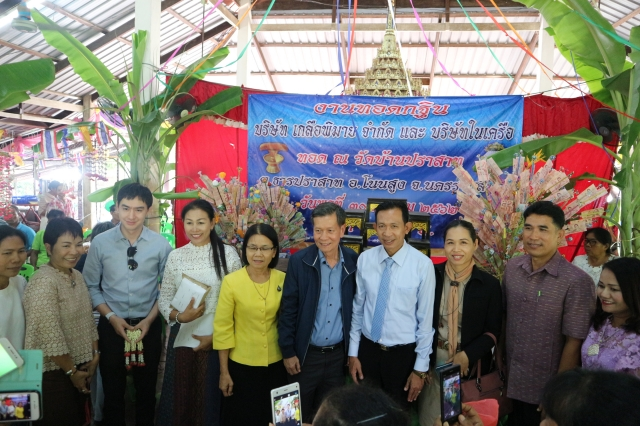 Mr. Arun Incharoensakdi Chief Operating Officer of Pimai Salt Co., Ltd. with employees and business partner jointly Kathin ceremony at Wat Ban Tamyae
