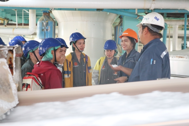 The group of Faculty 's teachers and students (28 persons) from Faculty of Public Health, Vongchavalitkul University to visit salt plant operation